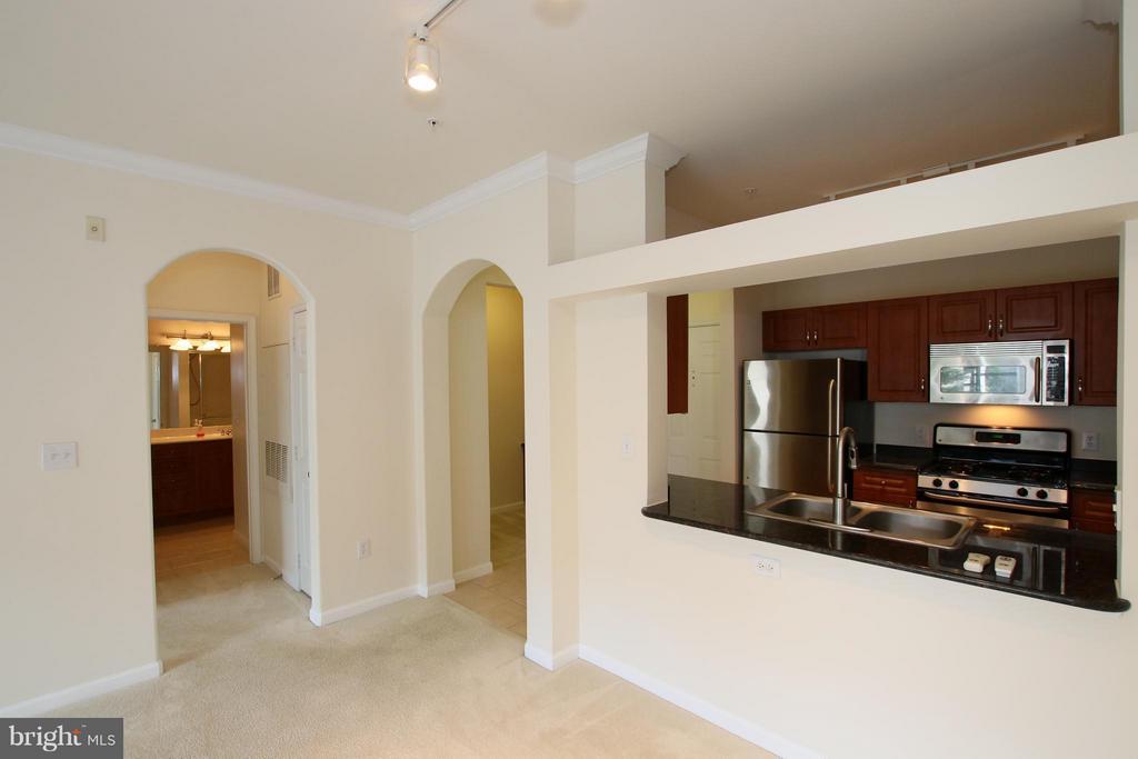 Updated gourmet kitchen - 12925 CENTRE PARK CIR #301, HERNDON