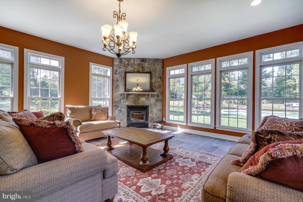 Great Room Overlooks Pool - 27563 EQUINE CT, CHANTILLY