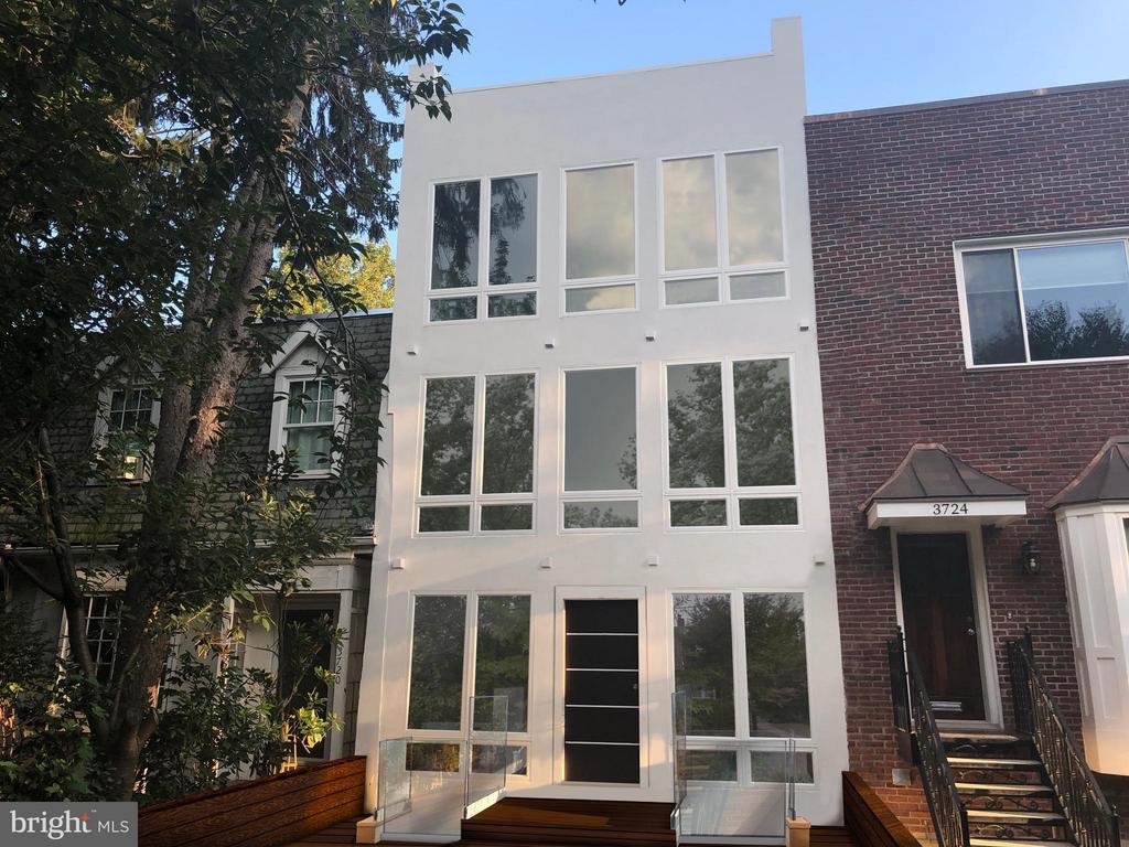 NEW CONSTRUCTION WITH LUMINOUS OPEN FLOOR PLAN. - 3722 R ST NW, WASHINGTON
