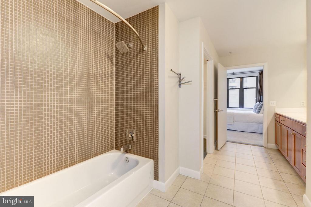 Bathroom (2 of 2) - 400 MASSACHUSETTS AVE NW #415, WASHINGTON