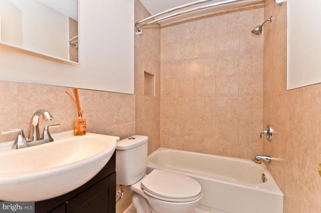 Main Bathroom - 1231 DELAFIELD PL NE, WASHINGTON