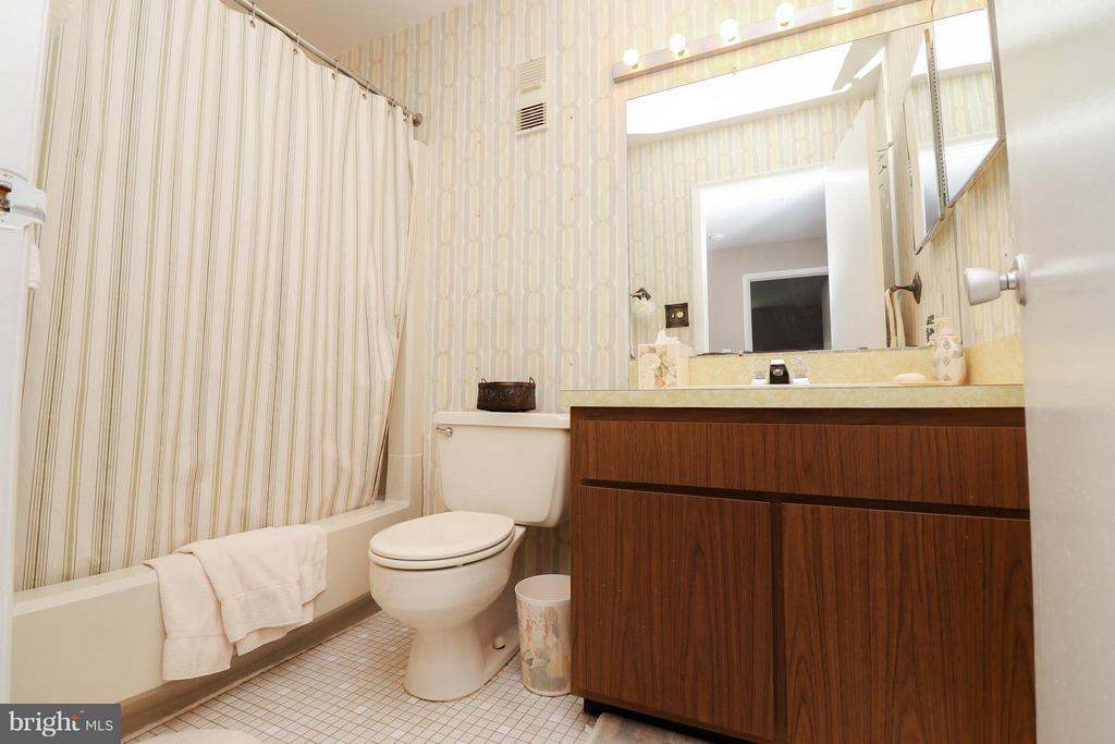 Upper level hallway bath - 2021 WETHERSFIELD CT, RESTON