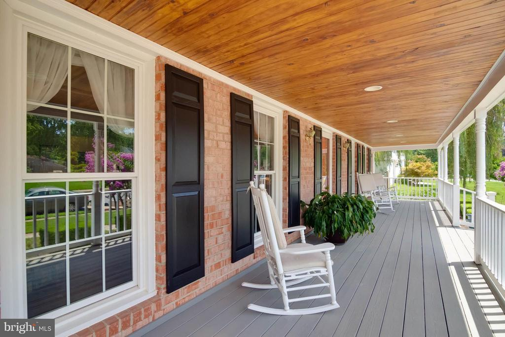 Perfect front porch to spend your evenings - 304 COUNTRY CLUB DR SW, LEESBURG