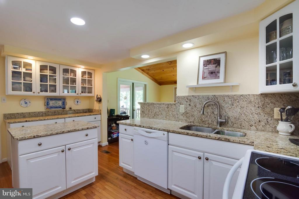 Granite counters and lots of cabinet space - 304 COUNTRY CLUB DR SW, LEESBURG