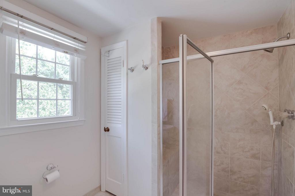 Master shower - 304 COUNTRY CLUB DR SW, LEESBURG