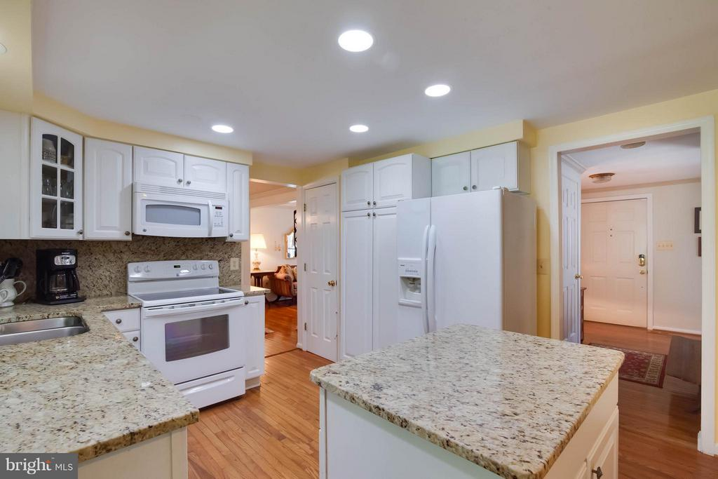 Movable island with granite top - 304 COUNTRY CLUB DR SW, LEESBURG