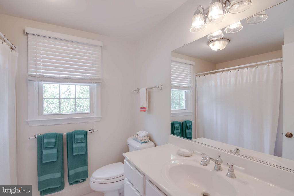 Upstairs hall bath - 304 COUNTRY CLUB DR SW, LEESBURG