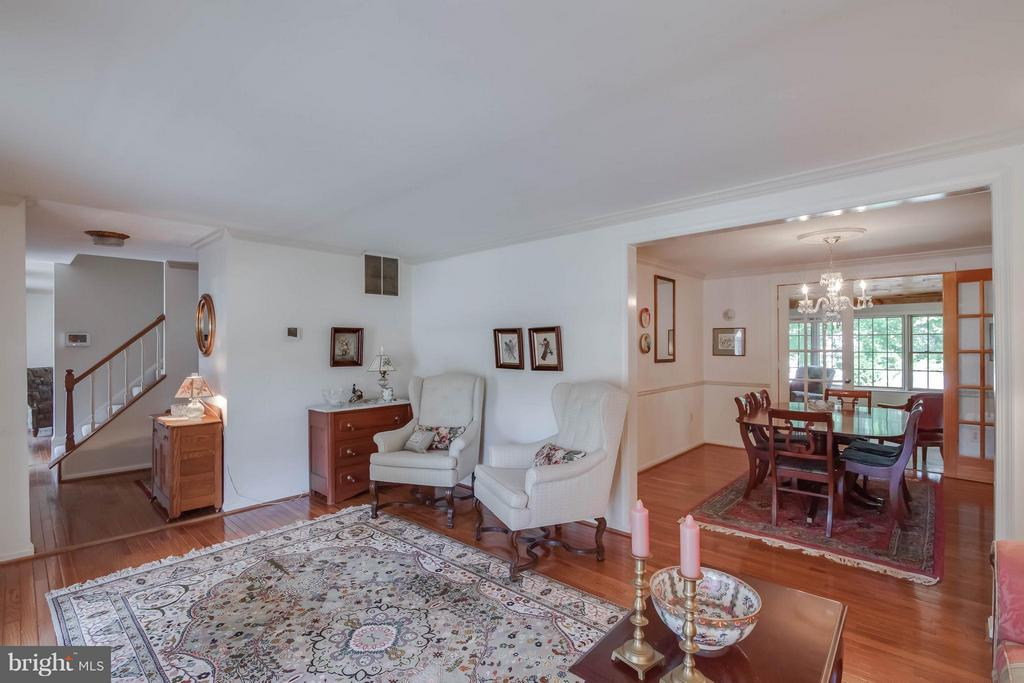 Flows to dining room - 304 COUNTRY CLUB DR SW, LEESBURG