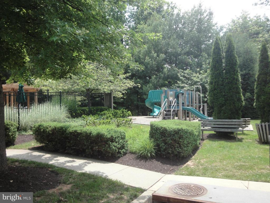 Pool and Tot Lots Close By! - 12913 WOODCUTTER CIR #110, GERMANTOWN