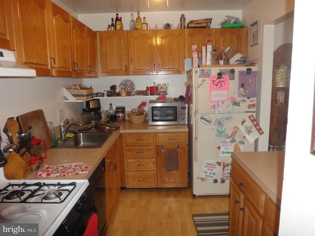 SPACIOUS TABLE SIZE KITCHEN - 12913 WOODCUTTER CIR #110, GERMANTOWN