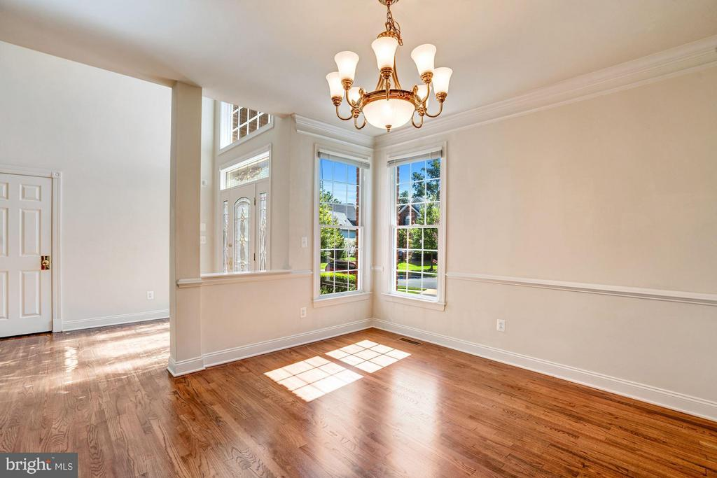 Expansive Foyer / Opens  to Dining Room - 20093 WHISTLING STRAITS PL, ASHBURN