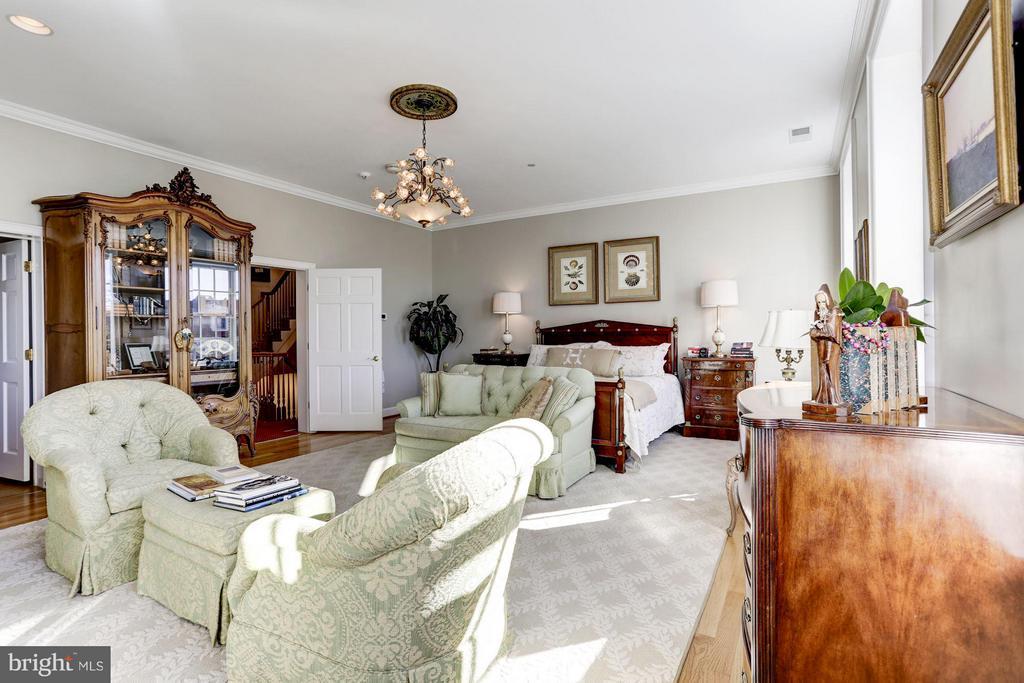 Elegant and spacious master bedroom - 2121 S ST NW, WASHINGTON