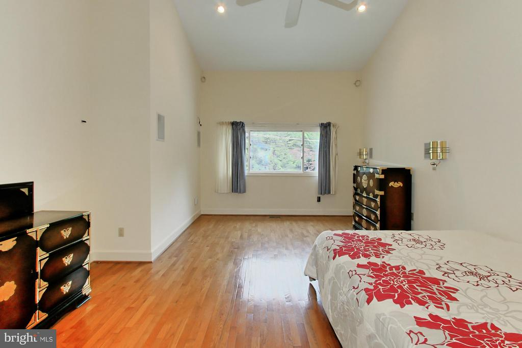 Spacious Master Bedroom with Walk in Closet - 6519 DEARBORN DR, FALLS CHURCH