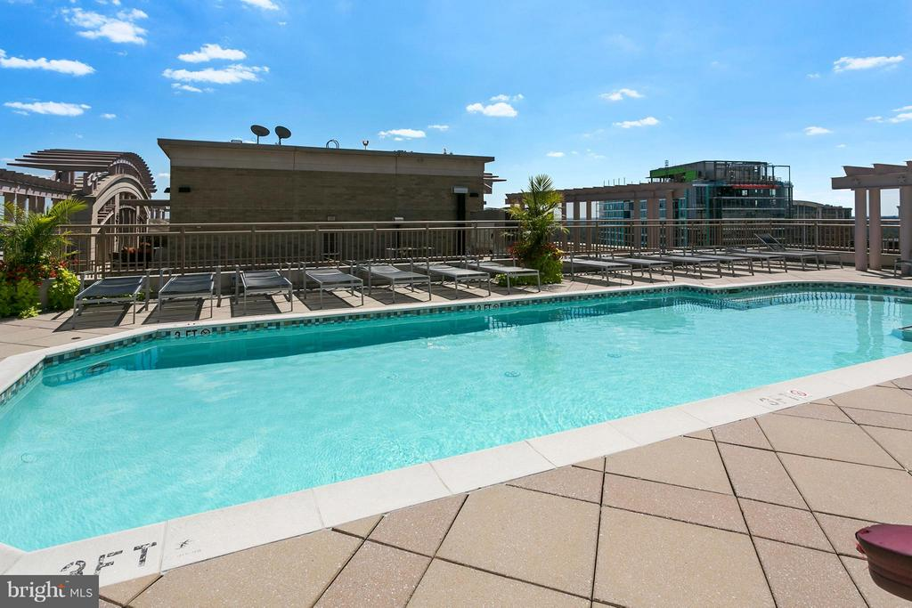 Rooftop Pool - 888 QUINCY ST N #203, ARLINGTON