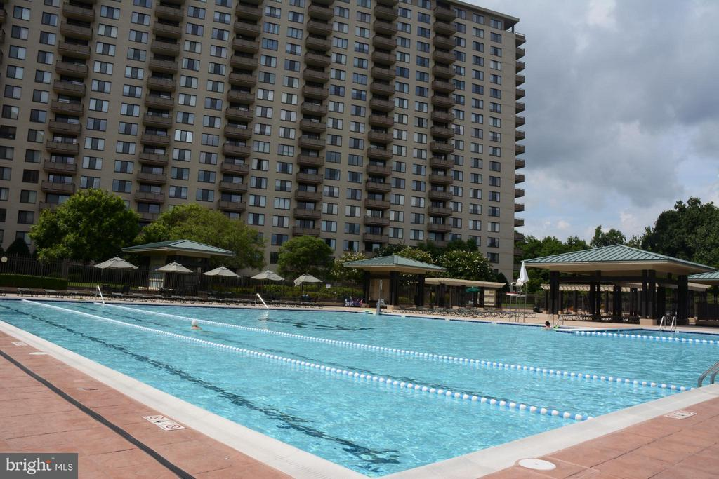 Outdoor pool - 5225 POOKS HILL RD #714S, BETHESDA