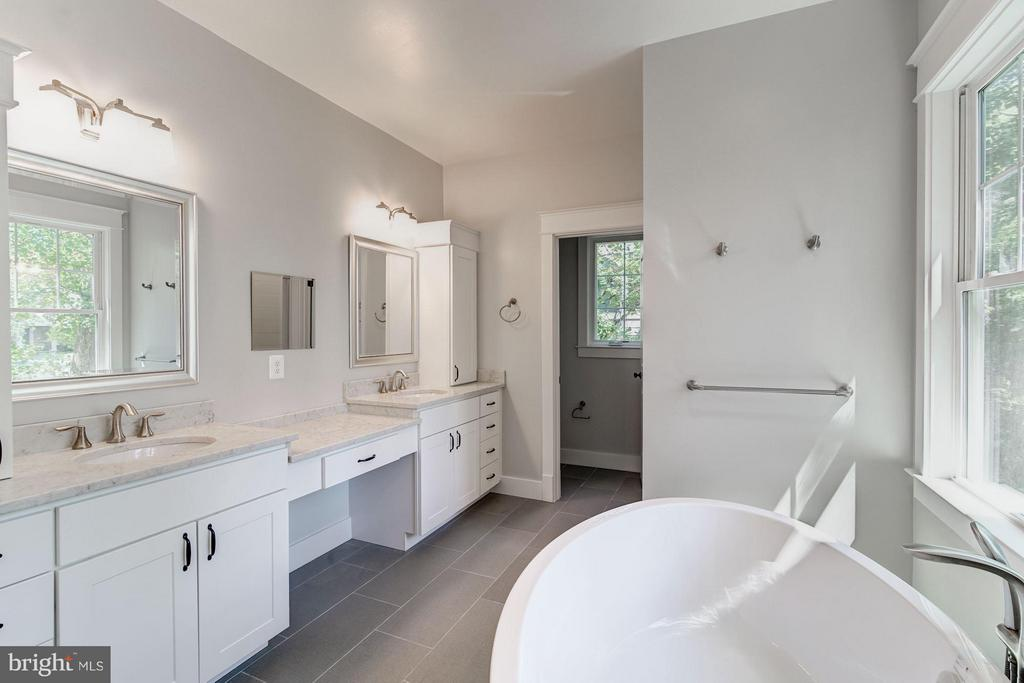 Bath (Master) - 5512 23RD ST N, ARLINGTON