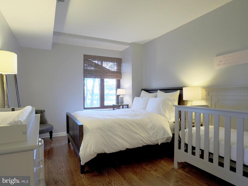 Large Master Bedroom with Hardwood Floors - 2400 CLARENDON BLVD #503, ARLINGTON