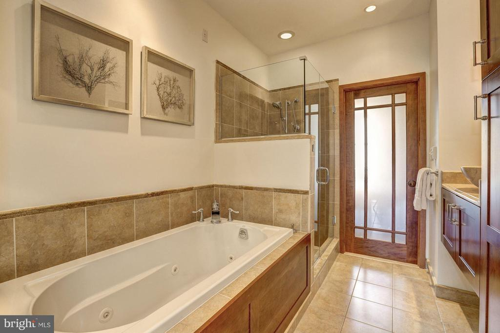 Bathroom shared between 2 beds on 2nd level - 1107 P ST NW, WASHINGTON