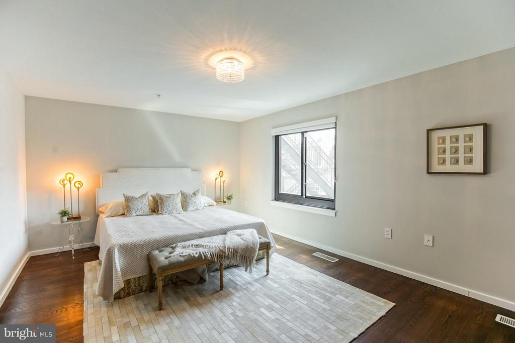 Spacious Master Bedroom - Upper Floor - 1935 12TH ST NW #1, WASHINGTON