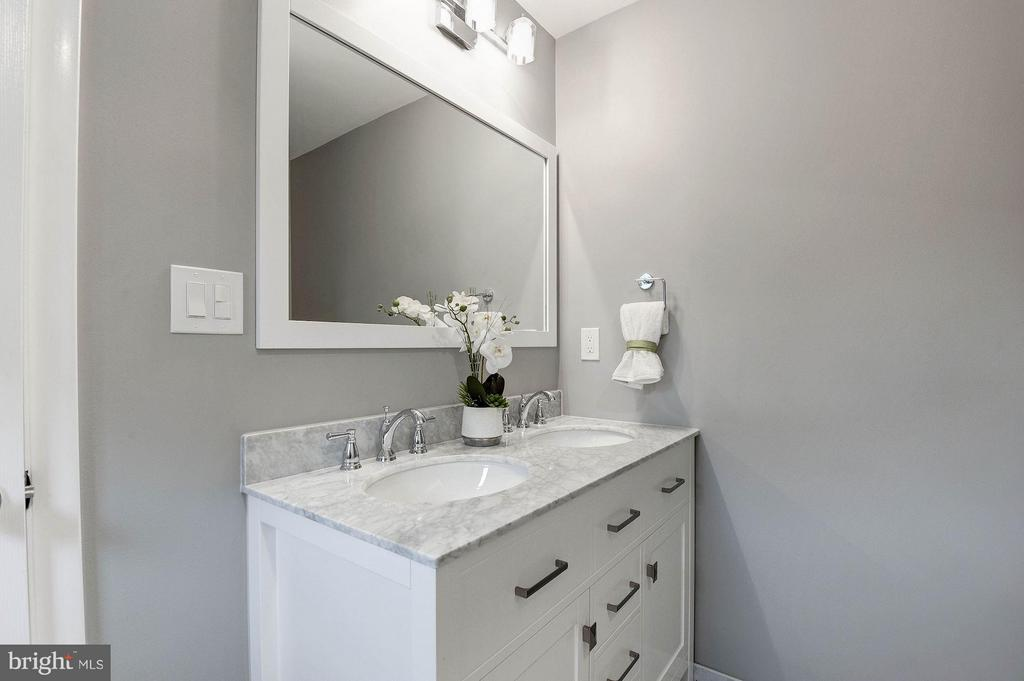 Bath (Master) - 2217S OAKLAND ST S, ARLINGTON