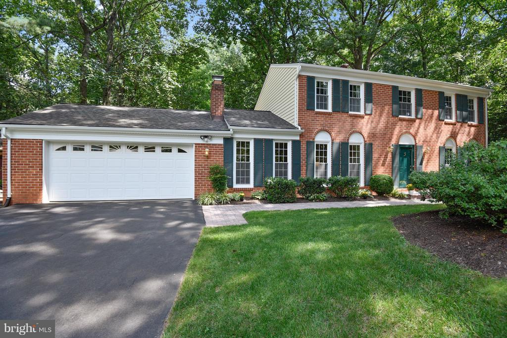 Wonderful Curb appeal! Brick front and new siding! - 2903 BREE HILL RD, OAKTON