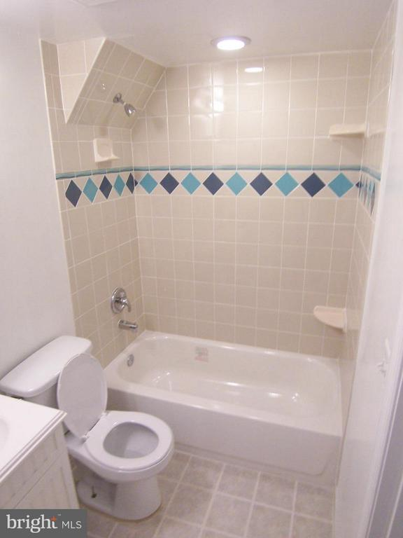 Bath - 6816 JEROME ST, SPRINGFIELD