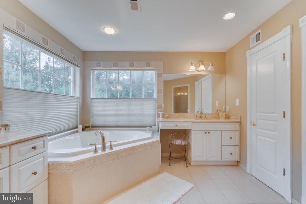 Owner's Bath w/Dual Vanities - 2793 MADISON MEADOWS LN, OAKTON