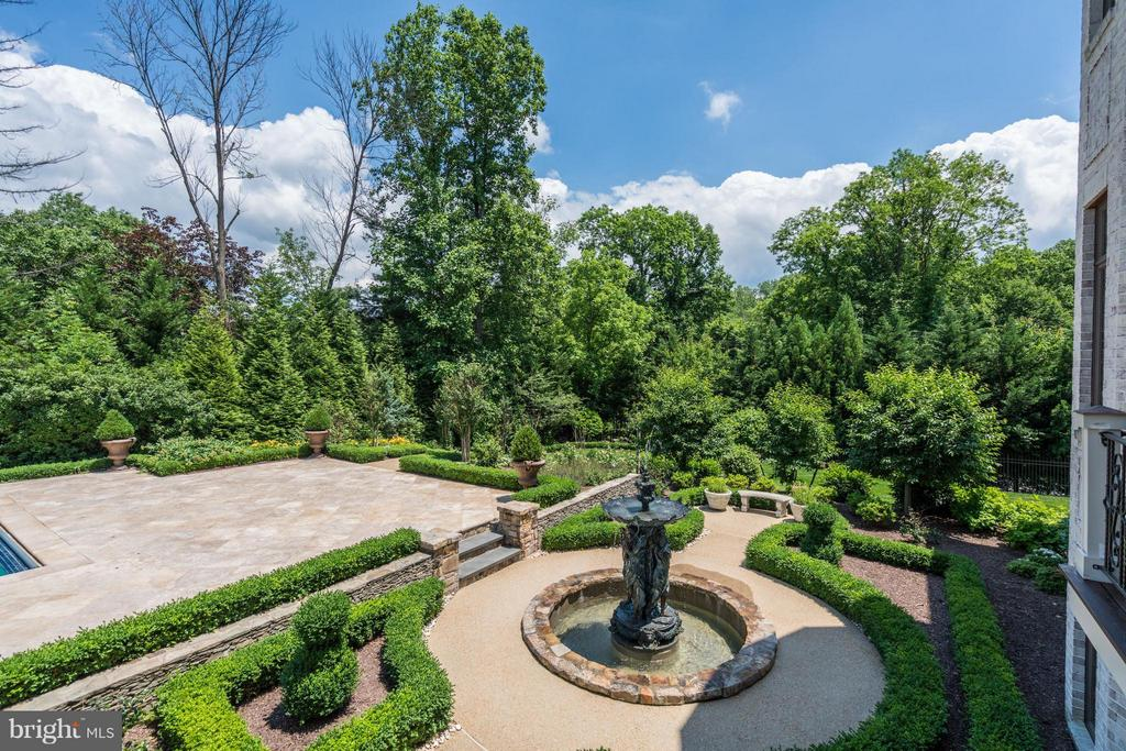 5 Tiered Groomed English Garden - 8334 ALVORD ST, MCLEAN