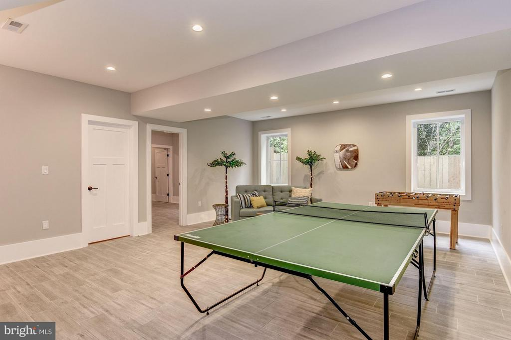 Recreation Room w/Wet Bar, Full Fridge, Dishwasher - 2146 POLLARD ST N, ARLINGTON