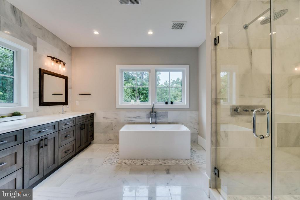 Master Bathroom w/2 Person Rain Shower, Soak Tub - 2146 POLLARD ST N, ARLINGTON