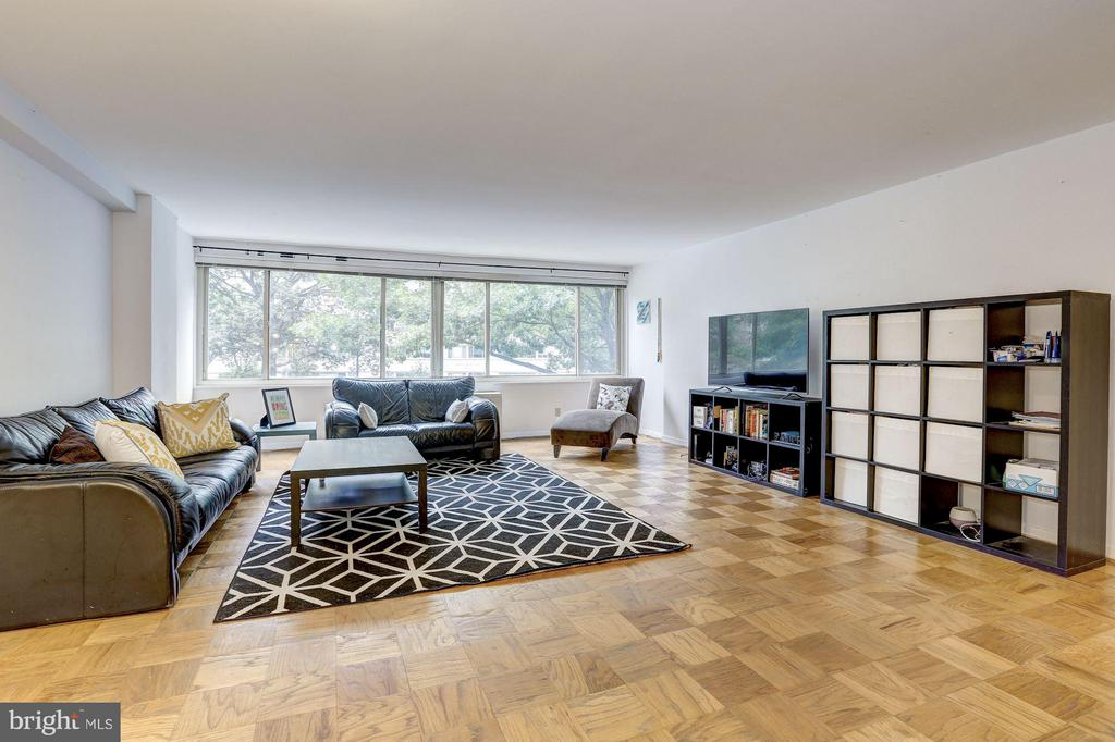 Spacious living room w/hardwood floors - 5406 CONNECTICUT AVE NW #206, WASHINGTON