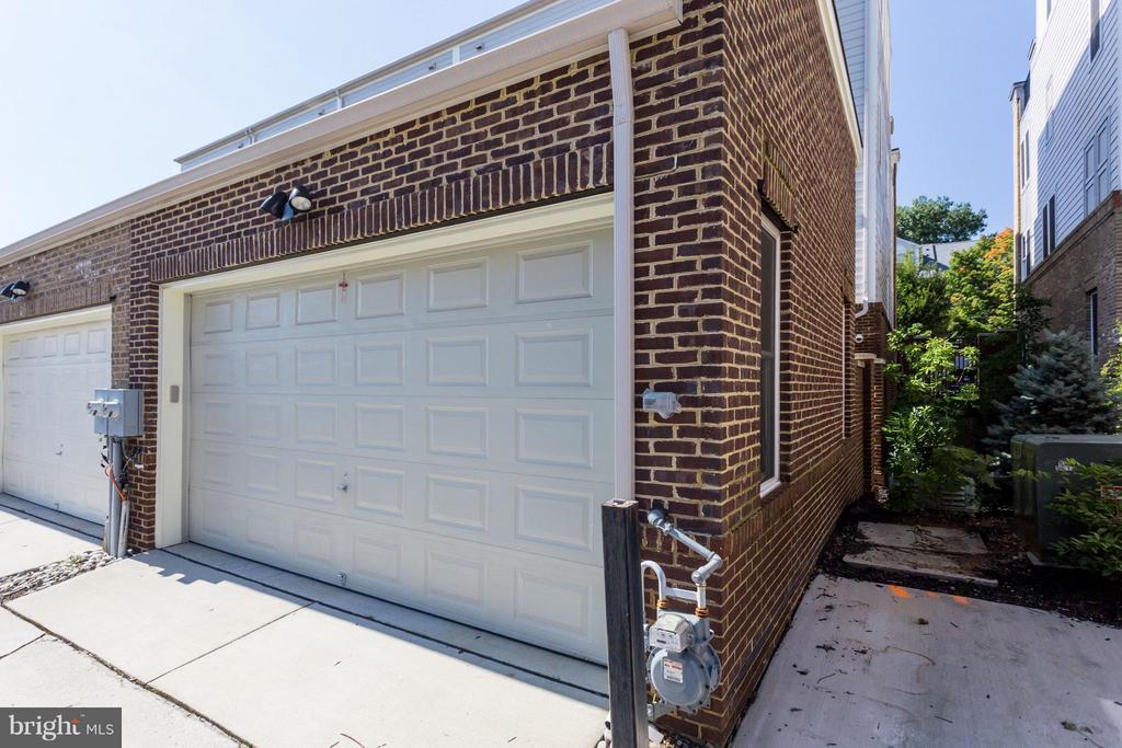 Oversized 2 car Garage with gated entrance - 1137 MONROE ST S, ARLINGTON