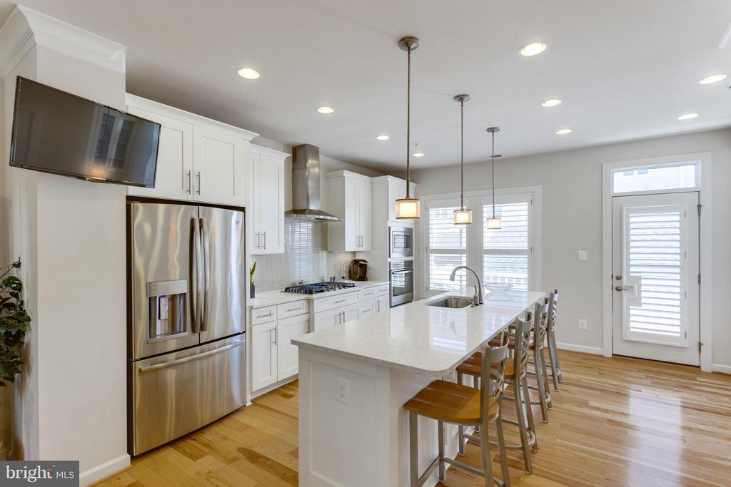 Kitchen w Top of the Line Stainless Appliances - 1137 MONROE ST S, ARLINGTON