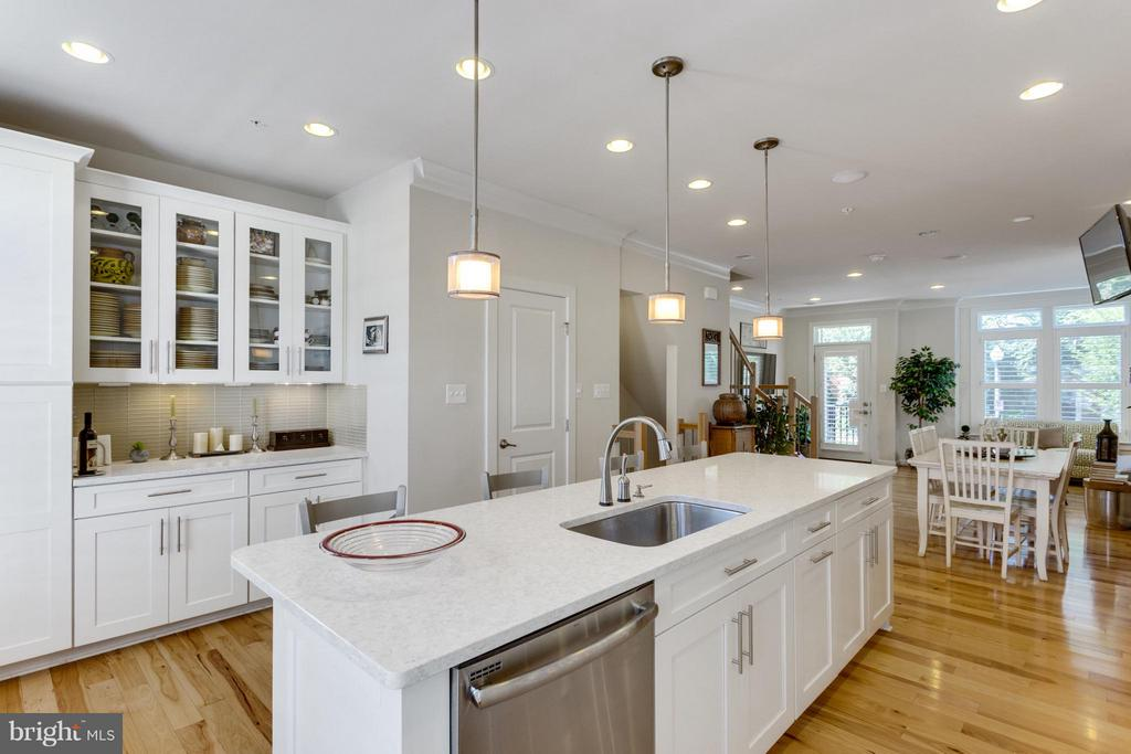 Centrally Located Island- the Heart of the kitchen - 1137 MONROE ST S, ARLINGTON