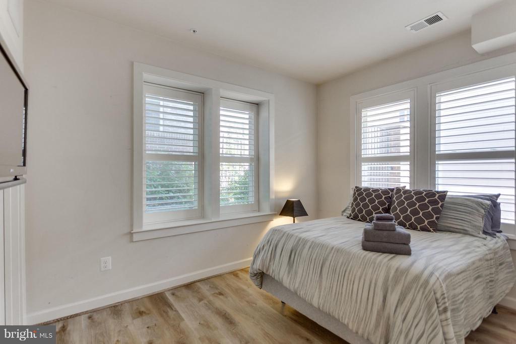 Bedroom # 4 w upgraded flooring and EnSuite Bath - 1137 MONROE ST S, ARLINGTON