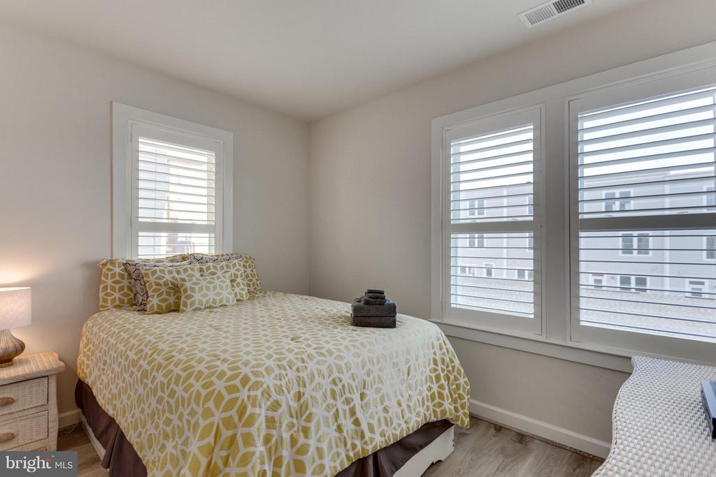Bedroom 2 with Custom upgraded laminate flooring - 1137 MONROE ST S, ARLINGTON