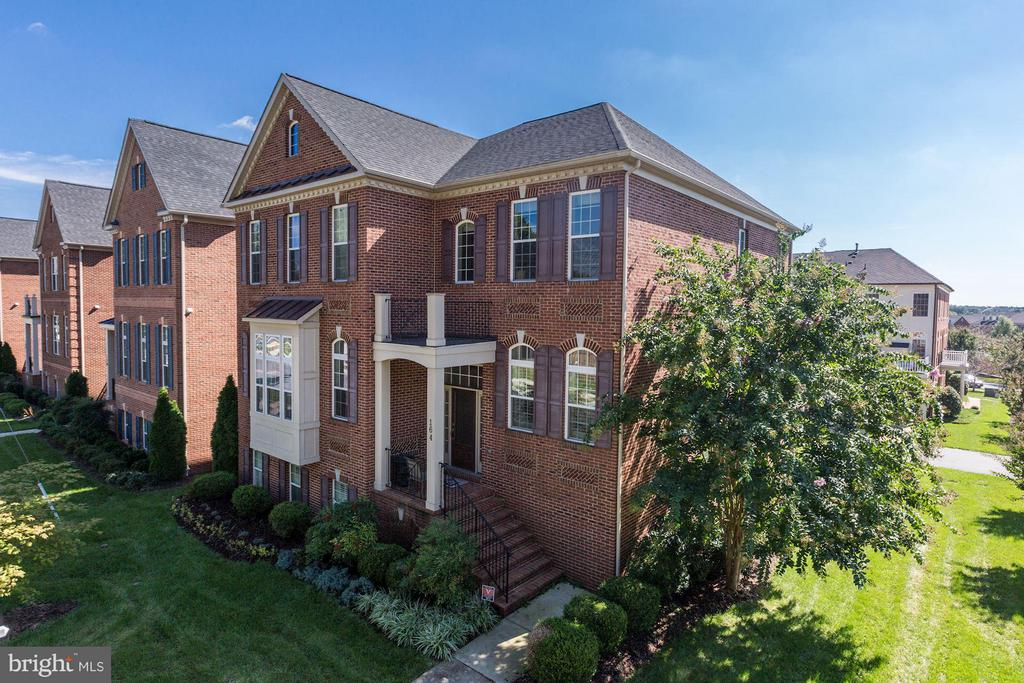Beautifully situated custom home on corner lot - 164 CROWN FARM DR, GAITHERSBURG