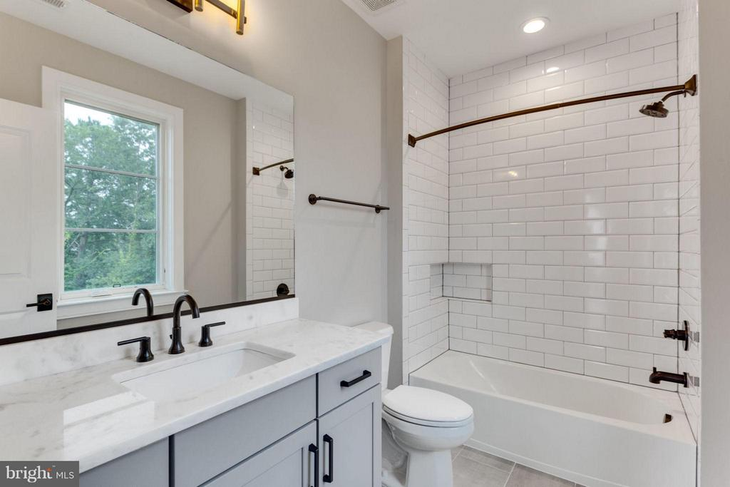 Ensuite Bath - 6404 19TH ST N, ARLINGTON