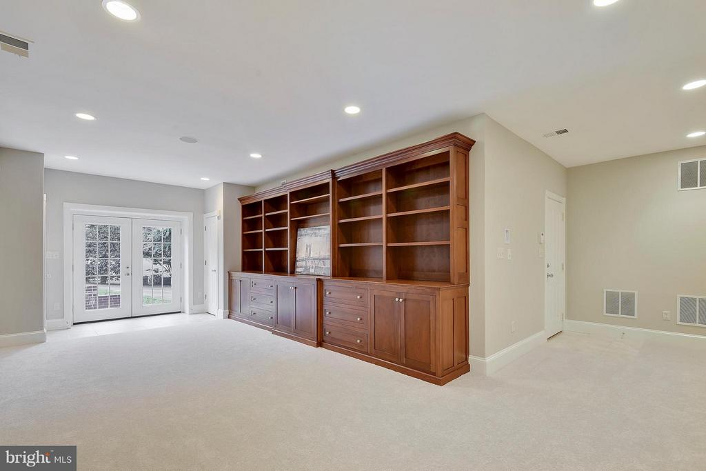 Family Room with built-ins on walkout level. - 2702 24TH ST N, ARLINGTON