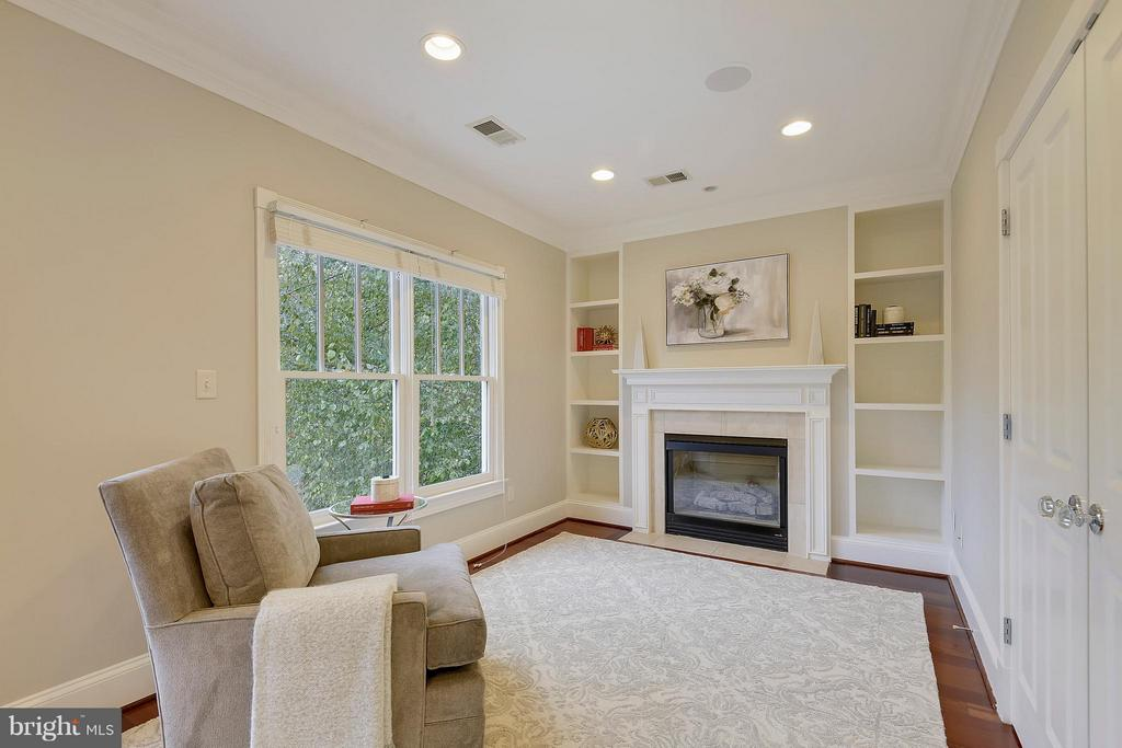 Sitting room with gas fireplace. - 2702 24TH ST N, ARLINGTON