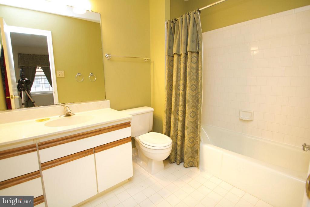Upper Level Full Bath - 10831 BREWER HOUSE RD, ROCKVILLE