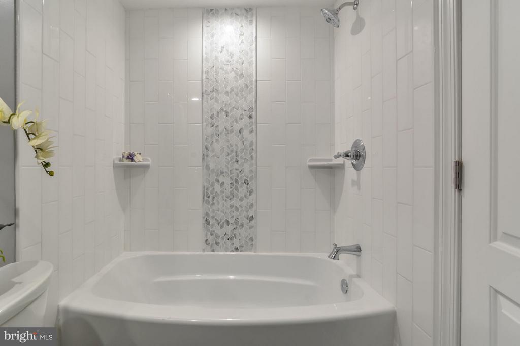 Bath - 5731 22ND ST N, ARLINGTON
