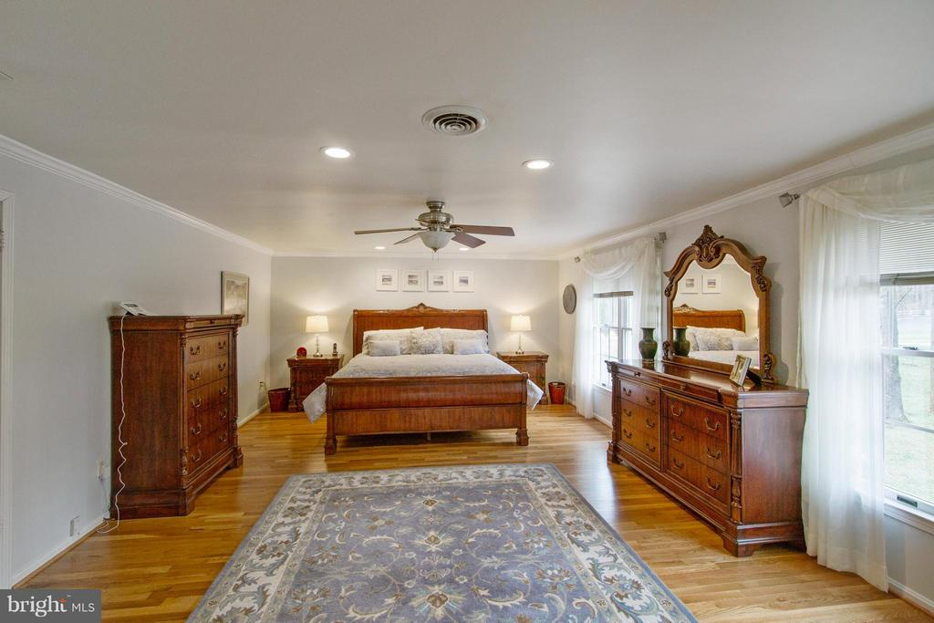 Large Master Suite w/ two walk-in closets - 13300 FOXDEN DR, ROCKVILLE