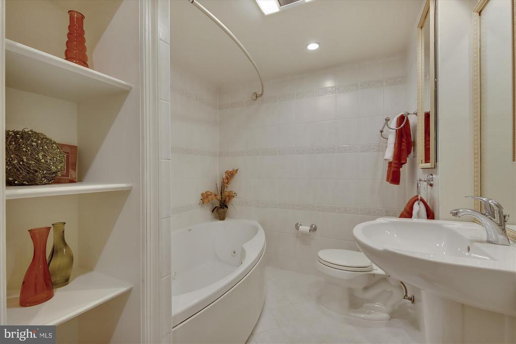 Bath - 3610 39TH ST NW #B542, WASHINGTON