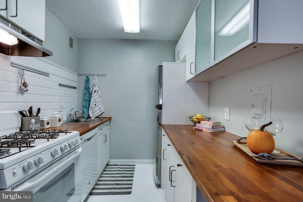 Kitchen features a white subway tile backsplash. - 5406 CONNECTICUT AVE NW #407, WASHINGTON