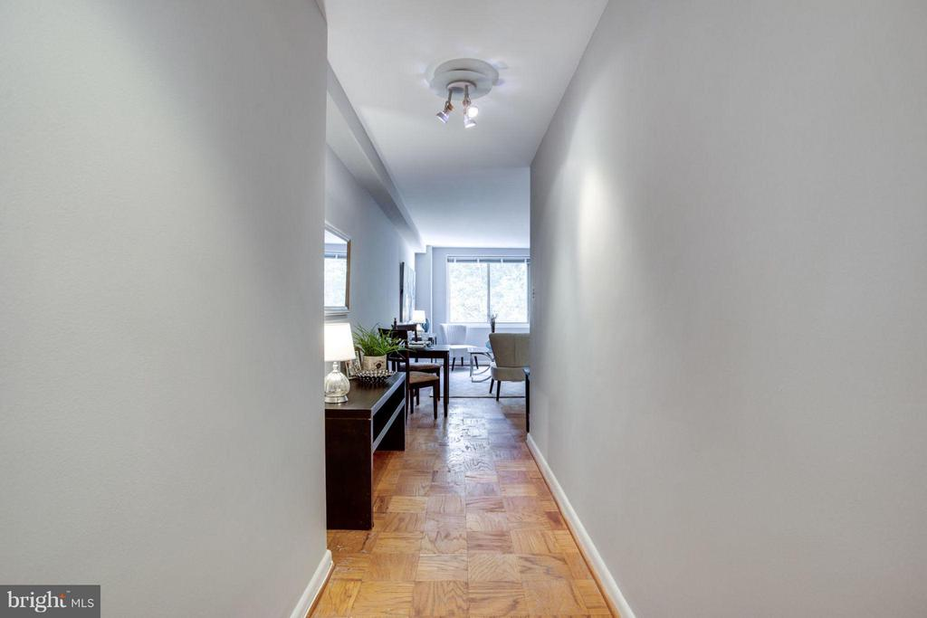 Bright and inviting entryway. - 5406 CONNECTICUT AVE NW #407, WASHINGTON