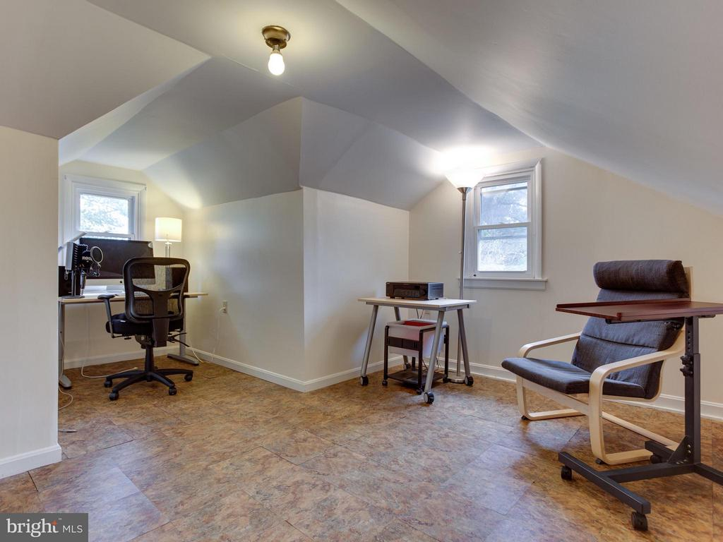 5th Bedroom or office or den your choice! - 5601 42ND AVE, HYATTSVILLE