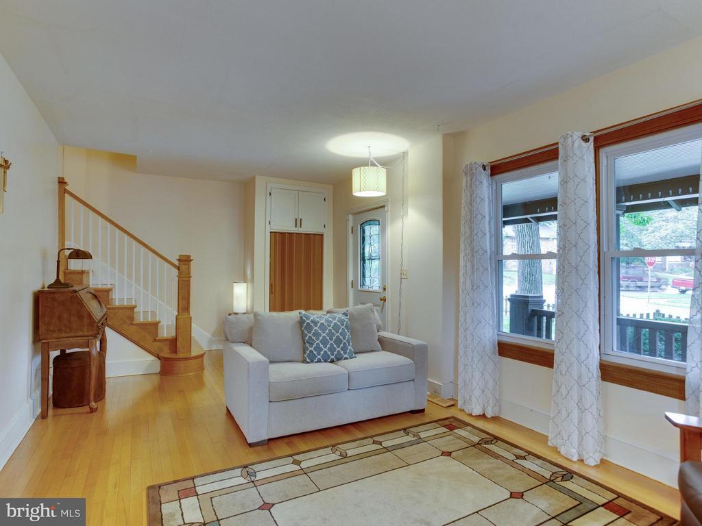 23' x 11' living room with oak floors - 5601 42ND AVE, HYATTSVILLE