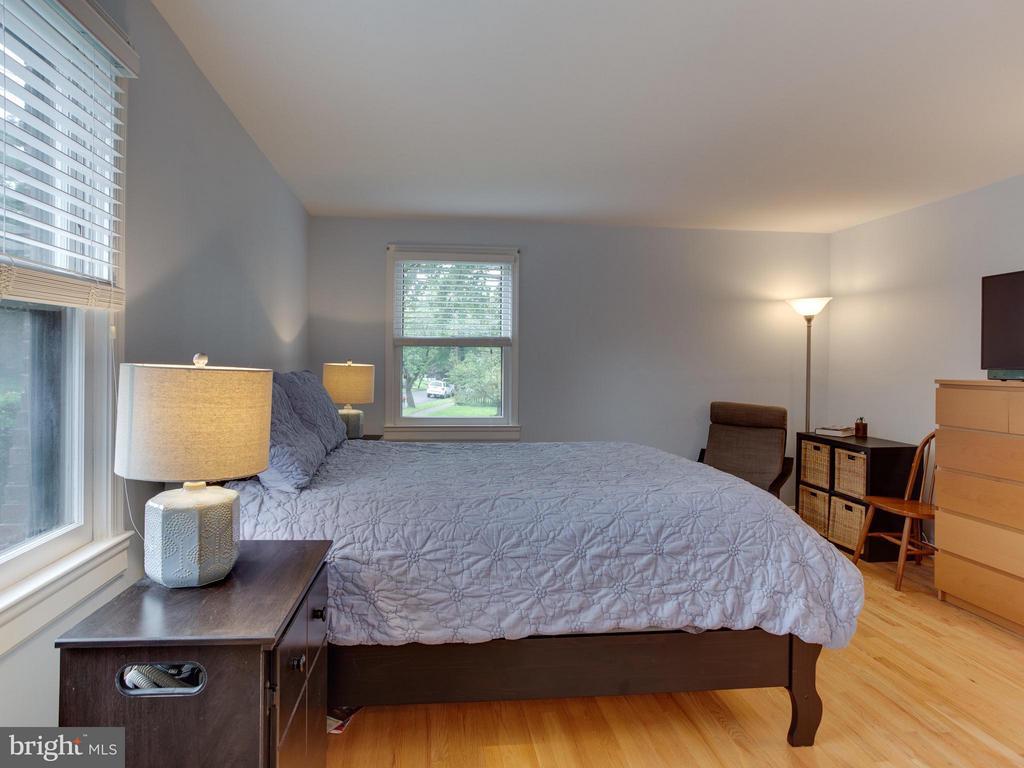 14' x 14'  MBR with 2  windows & oak floors - 5601 42ND AVE, HYATTSVILLE