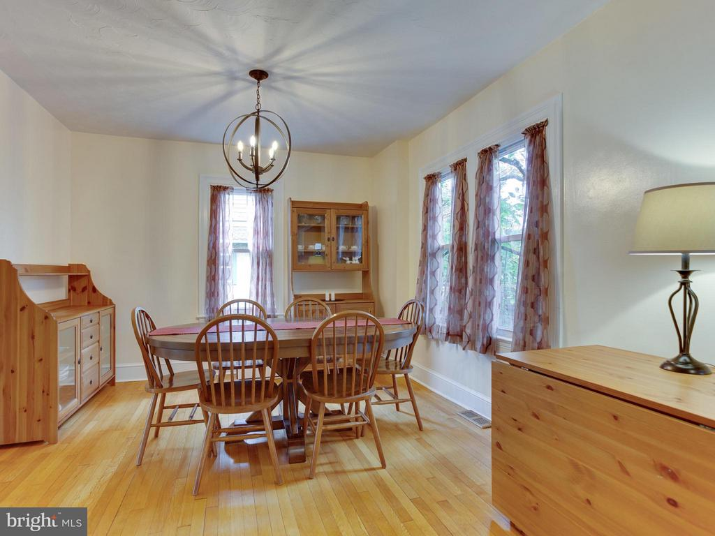 Great space for holiday entertaining! - 5601 42ND AVE, HYATTSVILLE